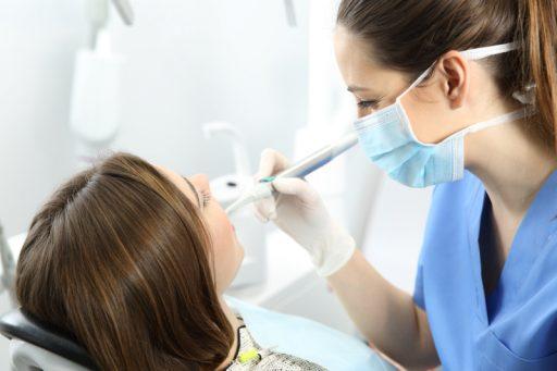 Proces wszczepiania implantów zębowych